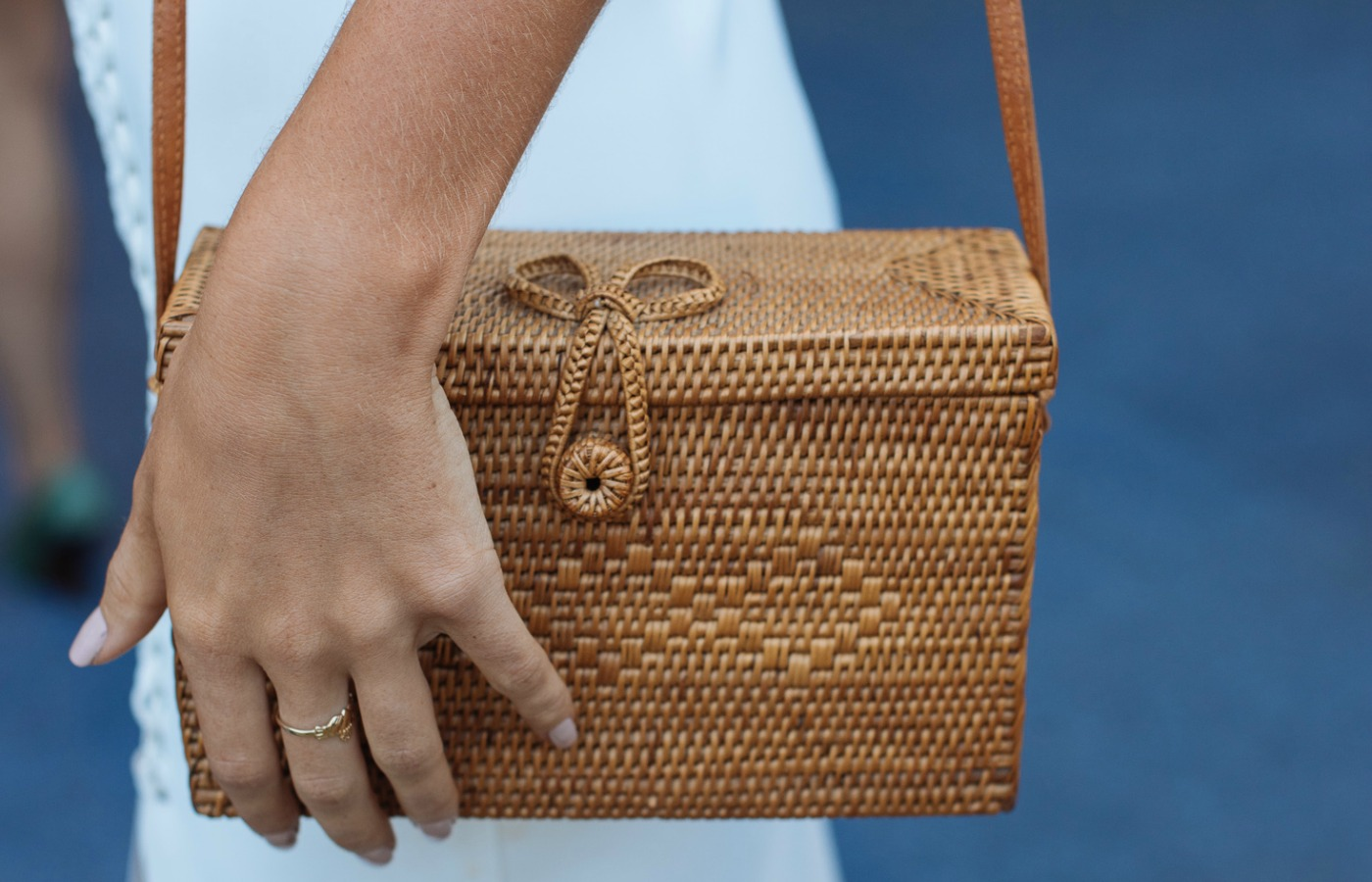 Straw clutch bag streetstyle fashion at royal randwick racecourse.